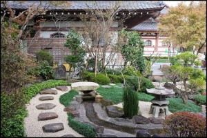 jardin-zen-pierre-lanterne-pas-japonais
